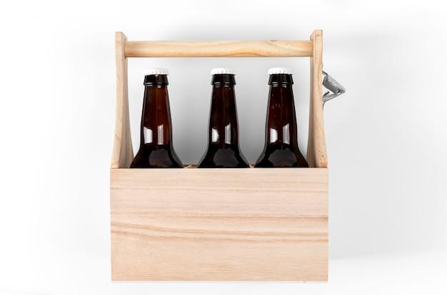 Houten krat met bierflesjes
