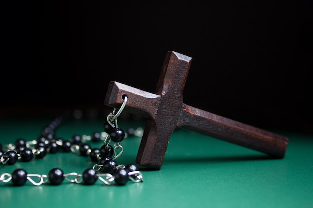 Houten kruis op groen oppervlak