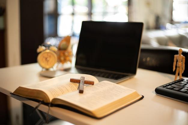 Houten kruistafel met raamlicht. online kerkconcept.
