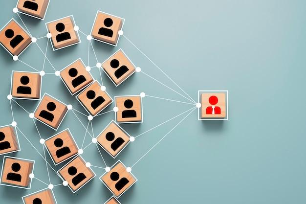 Houten kubus blok afdrukken scherm persoon pictogram dat verbindingsnetwerk voor organisatie verbindt.
