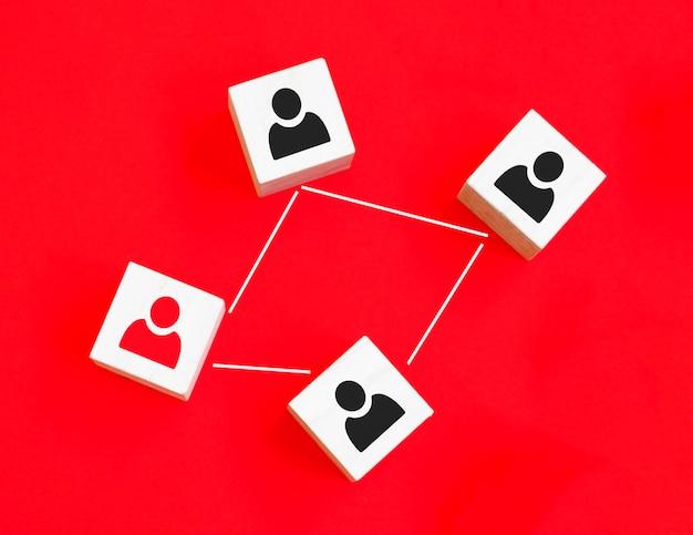 Houten kubus blok print scherm persoon icoon dat verbindingsnetwerk voor organisatiestructuur sociaal netwerk en teamwerk concept koppelt.