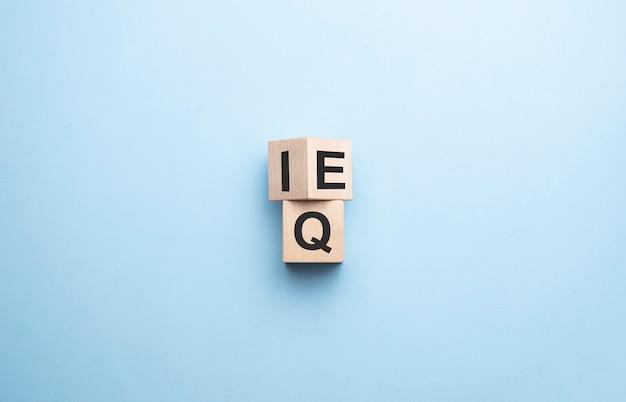 Houten kubus de uitdrukking iq intelligence quotient naar eq emotional intelligence quotient