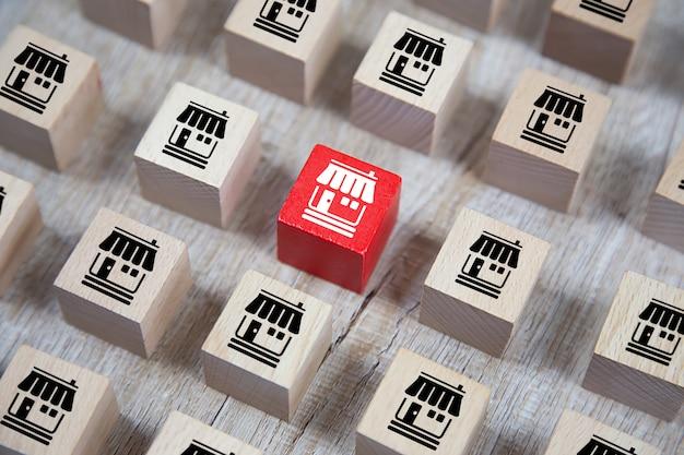 Houten kubus gestapeld met franchise zakelijke marketing pictogrammen winkel.