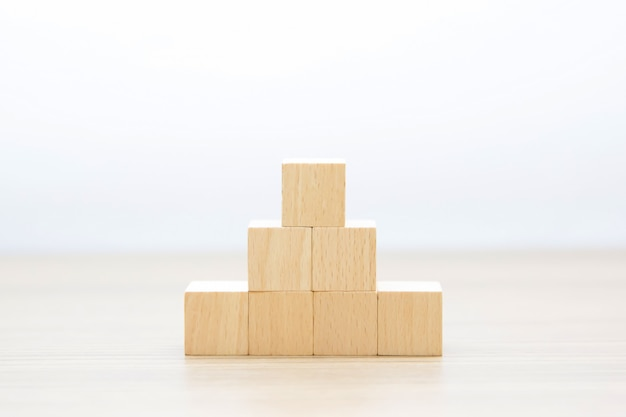 Houten kubus gestapeld zonder afbeeldingen.