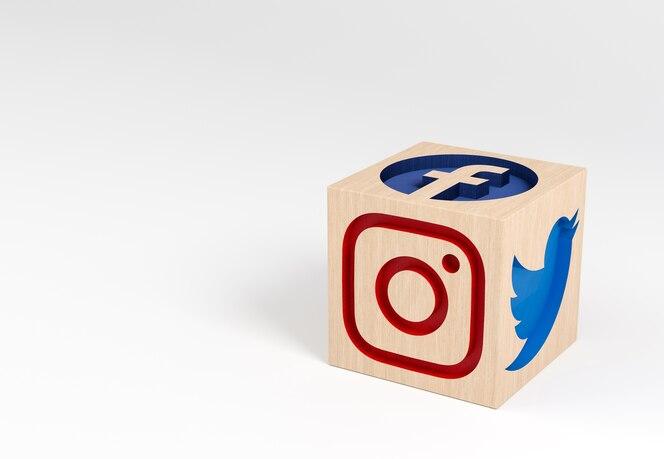 Houten kubus met gebeeldhouwde social media iconen