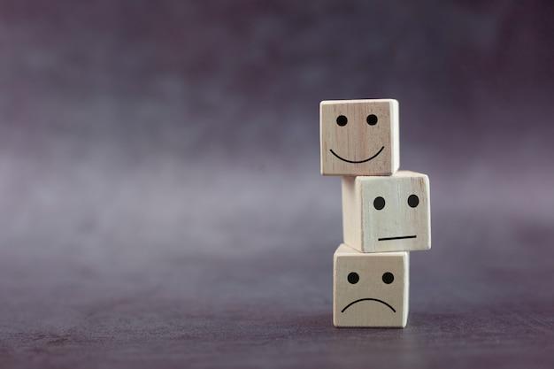 Houten kubus stapelen met pictogram emotie gezicht en kopieer ruimte