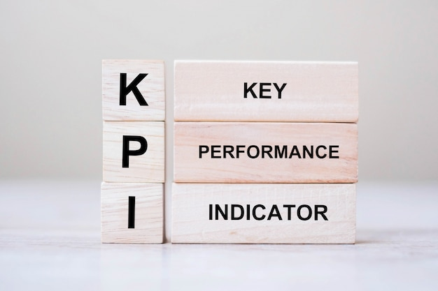 Houten kubusblok met kpi (key, performance and indicator)