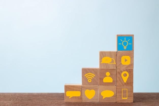 Houten kubusblok met sociale media op houten lijst. sociale media en succesconcept