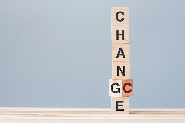 Houten kubusblokken die tekst veranderen in chance omdraaien. concepten voor organisatie, kansen, mentaliteit, houding en positief denken