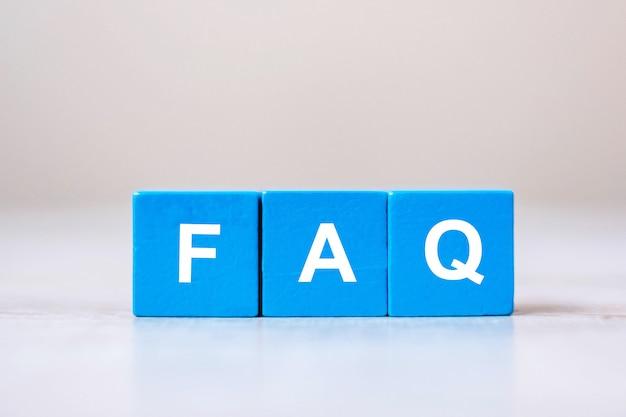Houten kubusblokken met faq-tekst (veelgestelde vragen)