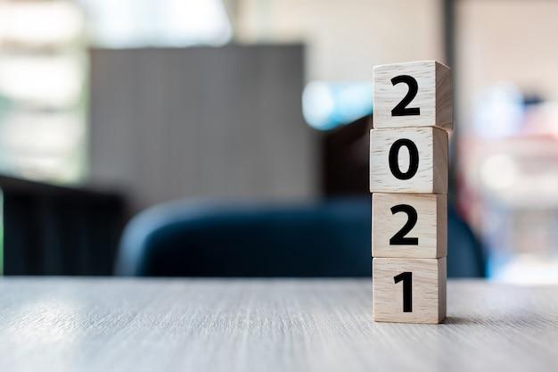 Houten kubusblokken met woord 2021
