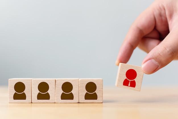 Houten kubusblokken zijn anders met menselijke iconen, rode, prominente menigten