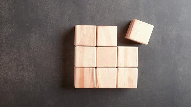 Houten kubussen die in een rij op de vintage vloer zijn geplaatst er is ruimte voor afbeeldingen of illustraties