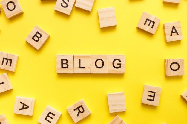 Houten kubussen letters met het woord blog op geel