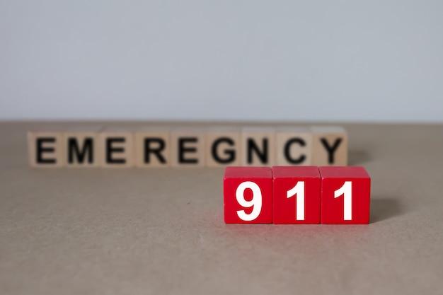 Houten kubussen met afbeeldingen 911 noodnummer.