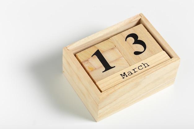 Houten kubussen met datum op wit. 13 maart