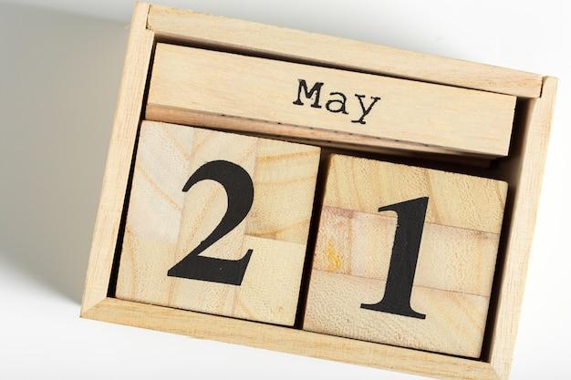 Houten kubussen met datum op wit. 21 mei