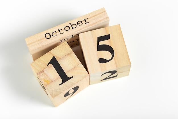 Houten kubussen met datum op witte achtergrond. 15 oktober