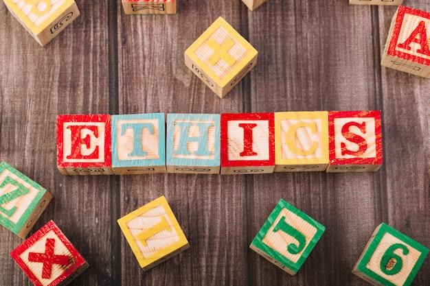 Houten kubussen met ethiektitel