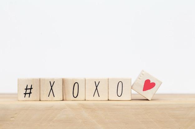 Houten kubussen met hashtag en xoxo knuffels en kusjes brieven van liefde, sociale media concept