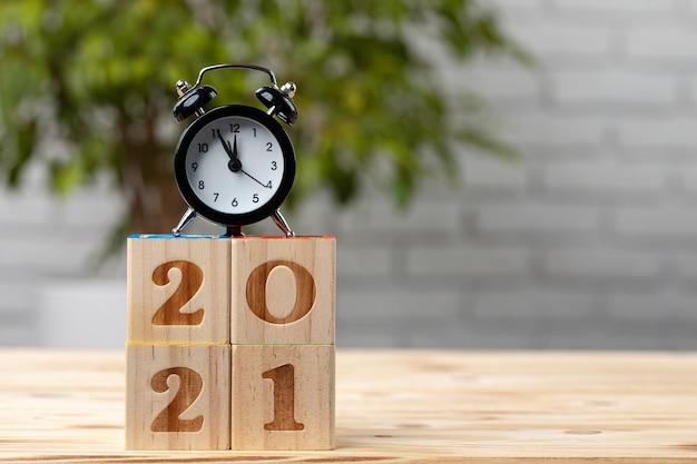 Houten kubussen met jaartal 2021 op werktafel. 2021 jaarconcept