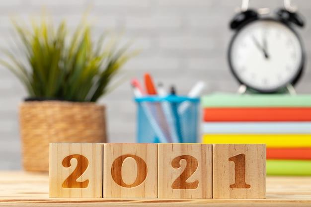 Houten kubussen met jaartal 2021 op werktafel