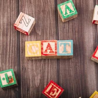 Houten kubussen met kat inscriptie