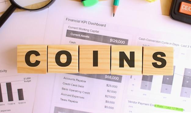 Houten kubussen met letters op de tafel in het kantoor. sms coins. financieel concept.