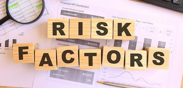 Houten kubussen met letters op de tafel in het kantoor tekst risicofactoren