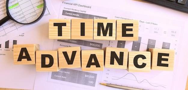 Houten kubussen met letters op de tafel op kantoor. tekst tijd vooruit.