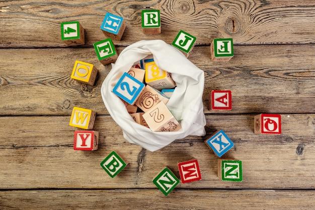 Houten kubussen met letters