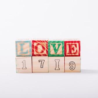Houten kubussen met liefdetitel