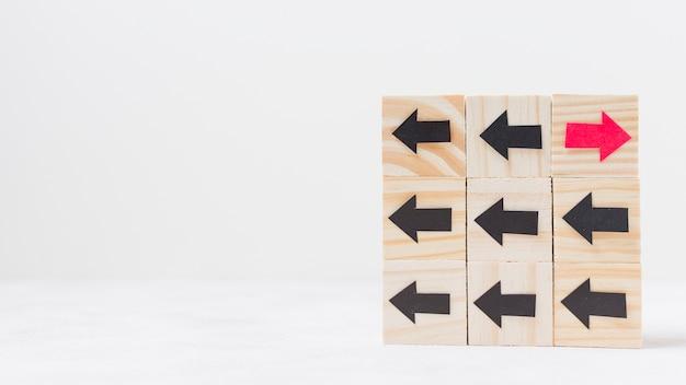 Houten kubussen met pijlen originaliteit concept