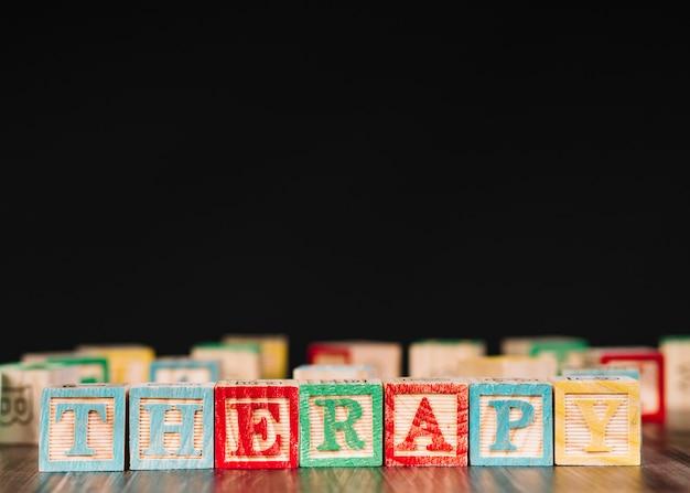 Houten kubussen met therapie-inscriptie