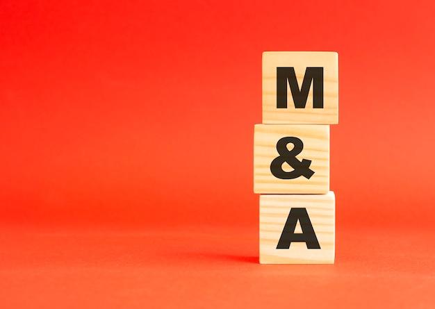 Houten kubussen met woord. houten kubussen op een rode ondergrond. vrije ruimte aan de linkerkant.