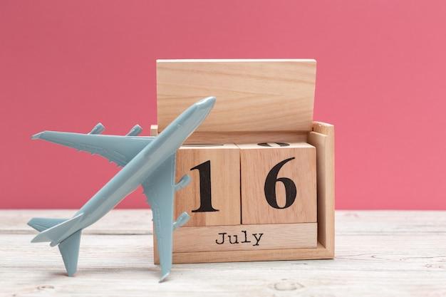 Houten kubusvorm kalender voor 16 juli op houten tafelblad