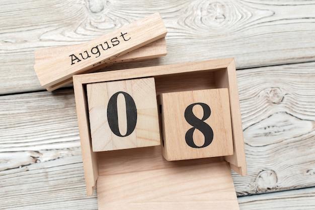 Houten kubusvormige kalender voor 8 augustus