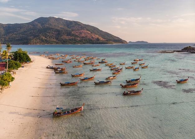 Houten lange staartboot verankerd op tropische zee op lipe-eiland