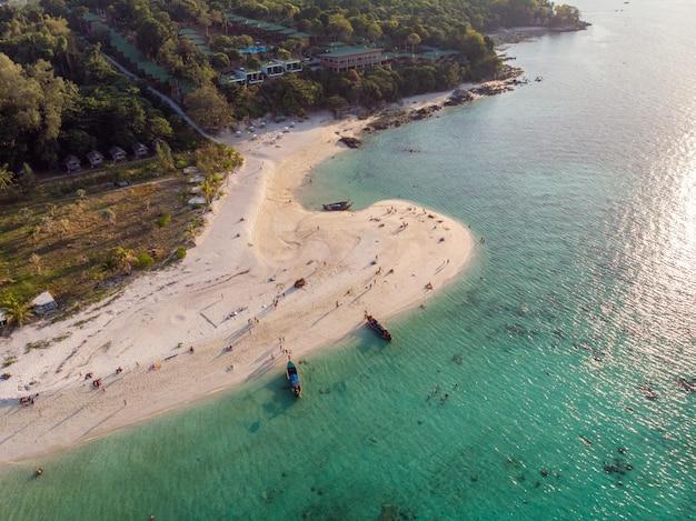 Houten langestaartboot op tropische overzees en het strand bij lipe eiland