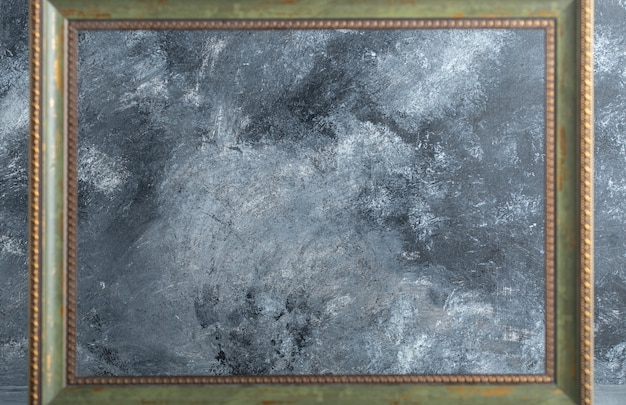 Houten leeg afbeeldingsframe op marmer.