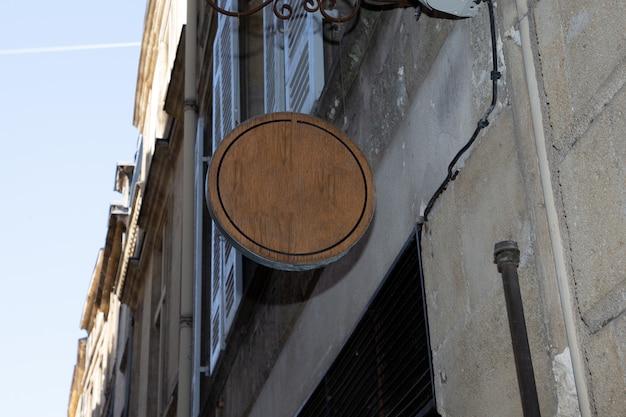 Houten leeg rond winkelteken in de stad van de straatopslag