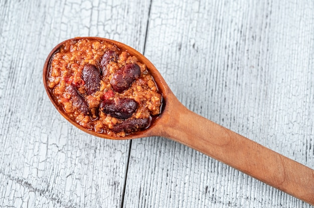 Houten lepel chili con carne close-up