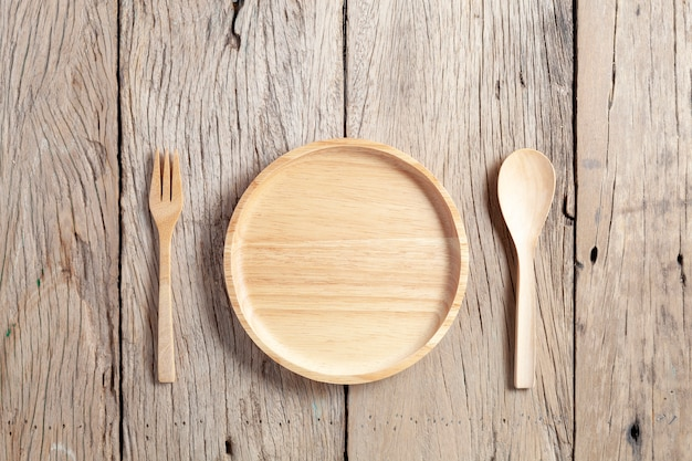 Houten lepel en houten plaat op oude houten lijstachtergrond