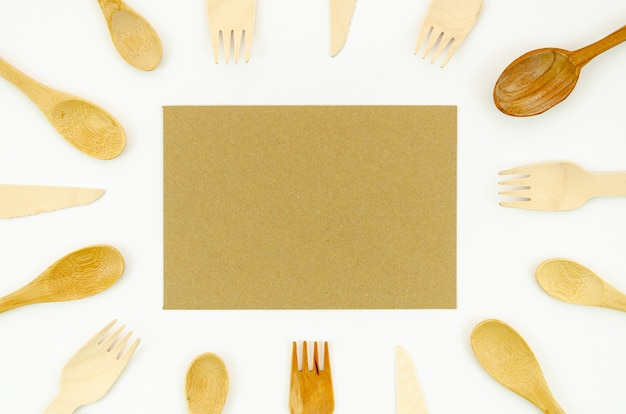 Houten lepel en vork op witte achtergrond