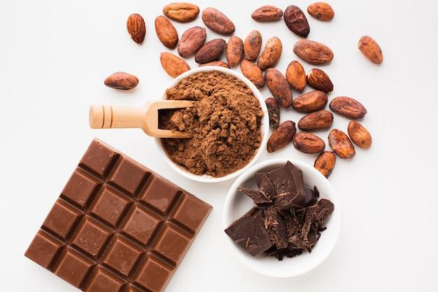 Houten lepel in cacaopoeder