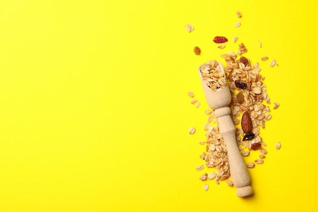Houten lepel met granola, noten en rozijnen