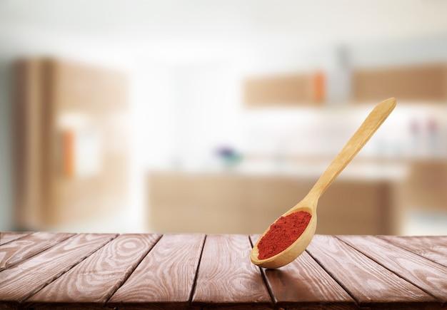 Houten lepel met kruiden op een houten ondergrond in de keuken