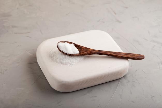 Houten lepel mononatriumglutamaatpoeder voedingssupplement msg of e621 de vijfde smaak van umami