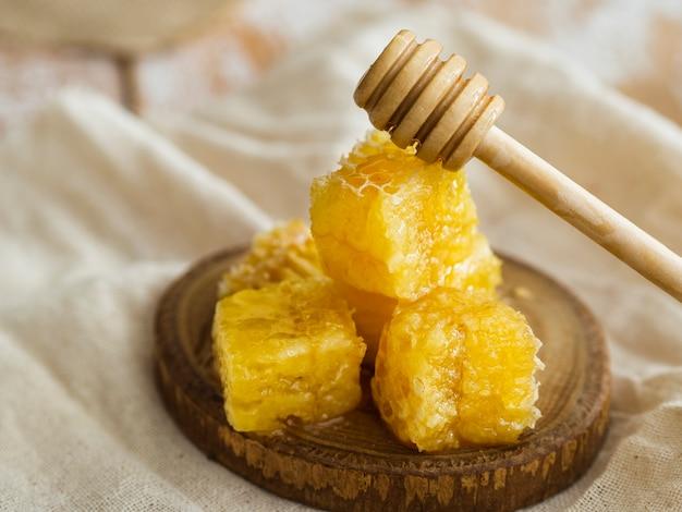 Houten lepel op honingraten