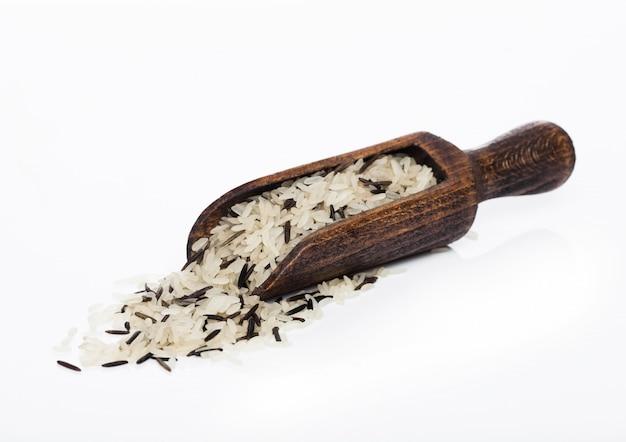Houten lepel van rauwe biologische basmati langkorrelige en wilde rijst